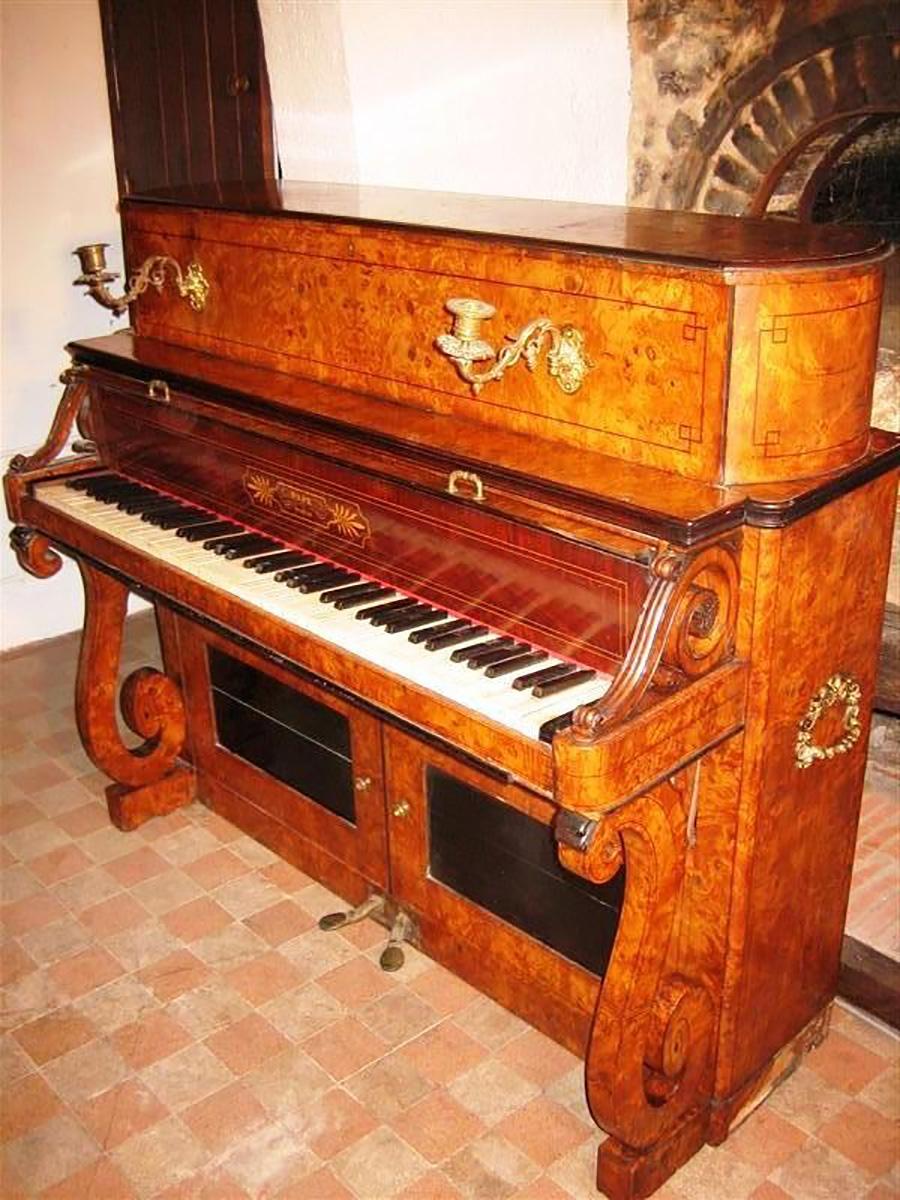 博比的第一家交叉弦列钢琴.jpg